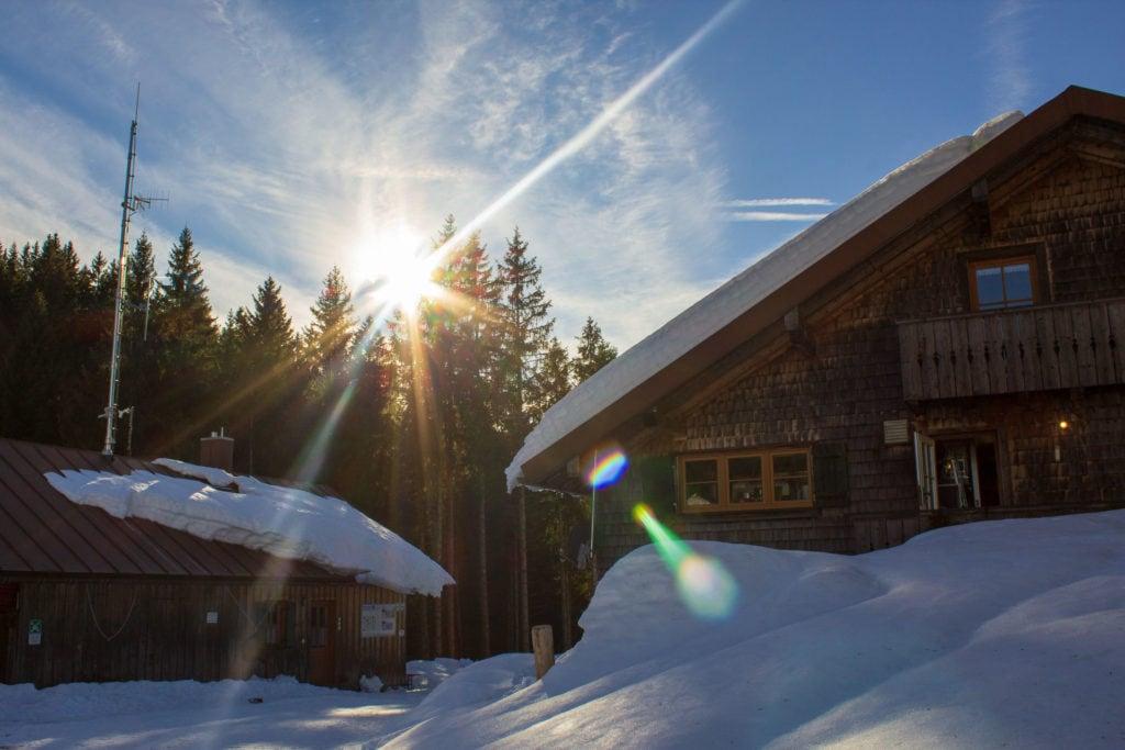 Die Lenggrieser Hütte im Winter