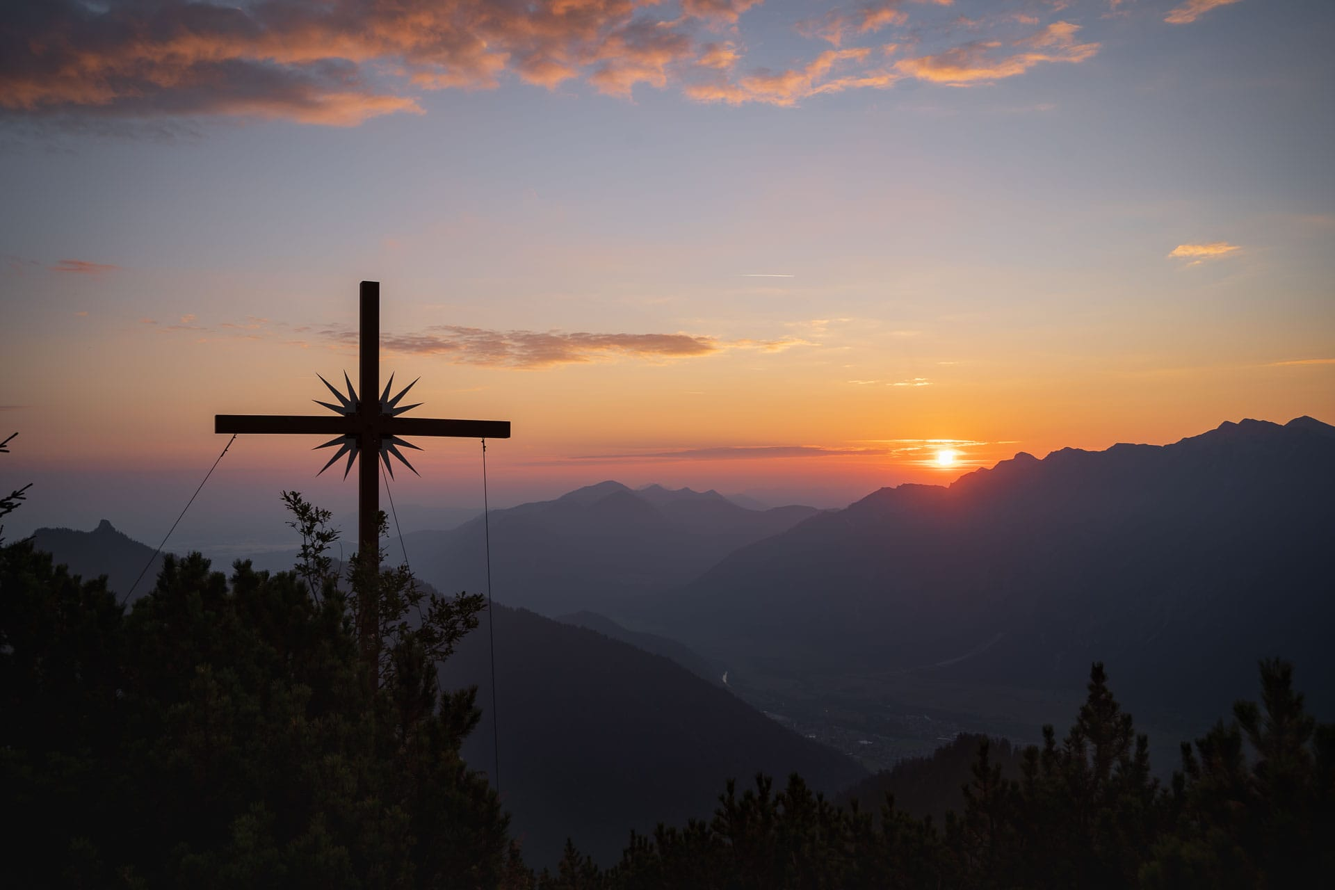 Kreuz des Zieglspitz im Sonnenaufgang